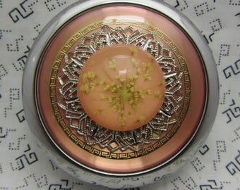 Miroir compact, fleurs séchées sur fond rose est livré avec pochette cadeau pour elle