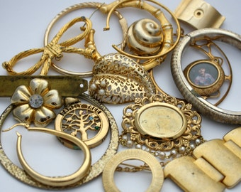 Lot of Vintage Gold Tone Jewelry Pieces - Jewelry Components - Wholesale Lot