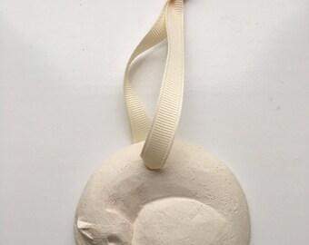 Ceramic cat decoration sleeping anticlockwise