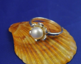 White Pearl Flower Silver Ring. floral bridal jewelry - ElenadE