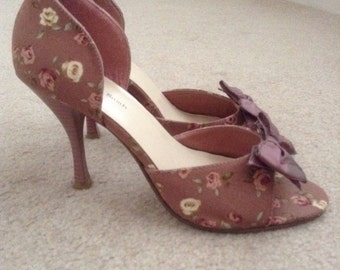 Dusty Rose Floral Flowered Retro Kitchy Unique Peep-Toe Pumps Heels with Bows 1950s Ladies Shoes - Size US 6.5M