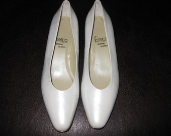 FRESCO BY PIERRE Genuine Leather Champagne Color 8 1/2M Ladies Vintage Shoes Gold Trim Front And Top Of Heel