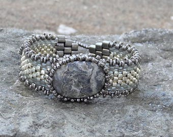 Tissage Peyote sous forme libre perles Bracelet - tissage - Crazy Lace Agate Cabochon - BOHO galvanisé argent