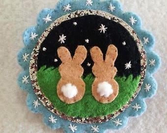 Vilt decoratie Pasen - 'konijnen verliefd'
