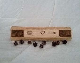 Rustic gravé Log Decor Centre de table fait à la main trouvé poutre en bois avec écorce Accents ferme Decor flèche coeur