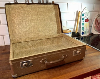 FREE WORLDWIDE SHIPPING - 1960s suitcase for your next vacation!