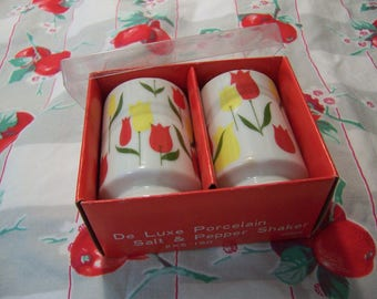 adorable set of tulip shakers