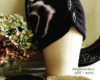 _ Noir coton blanc Turban chapeau Cloche doté de détails perles feuille Centre
