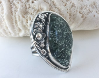 Green Stone Seraphinite Ring, Size 8 1/2 Sterling Silver, Flower Garden Artisan Metalsmith Wide Band, Silversmith Large Statement Ring