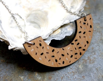 Geometric necklace, wooden arc, Memphis design inspiration, graphic and minimal style, contemporary jewel, original jewelry made in France