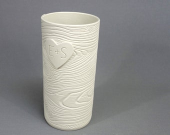 Sculpté dans un coeur: blanc Grain de bois Vase en porcelaine - réalisé sur commande