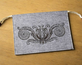 Laptop Bag, Macbook Air Bag, Felt Bag, Embroidered Oakleave Scroll, Grey Bag, Zippered Bag, Scroll Bag. 34 by 24 cm. (13,2 by 9,5 inch)