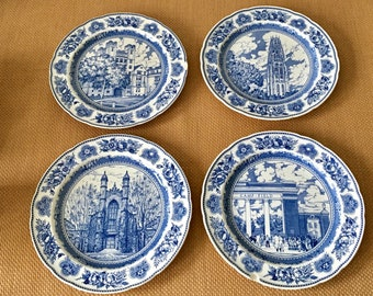 Antique bleu Wedgwood et assiettes blanches Yale College, Made in England, ensemble/groupement/collection de 4