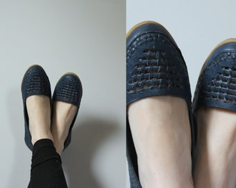 Coasters Woven Leather Flats // Vintage 1970's Coasters Brand Shoes Navy Blue Woven Leather Uppers with Tan Rubber Soles Women's Size 8 US