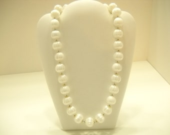 Lightweight White Plastic Beaded Necklace (4925)