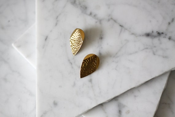 1980s gold tear drop clip on earrings // 1980s hammered gold earrings // vintage earrings