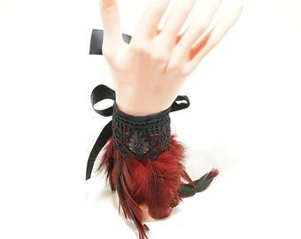 Feather cuffs winered / Feder Armstulpen in weinrot mit Borte und Cabochon