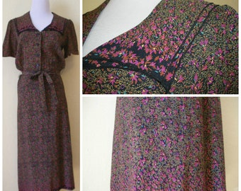 80s does 40s day dress. Beautiful tiny floral print , double layer front collar, just a sweet little day dress. Size S.