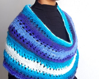 Knitted shawl in degradé tones of blue with lace stitch and stocking St.