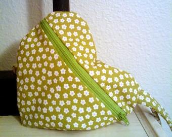Herzförmige Tasche in grünen und weißen Blumen