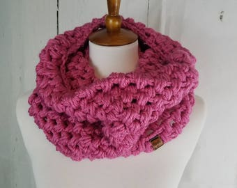 Piper Cowl.Pink Raspberry Cowl//Puff Stitched Cowl//Bulky Yarn//Ready to Ship//Crochet Cowl