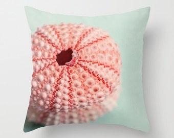 Housse de coussin décorative, coussin, housse de coussin en photographie, photo d'oursin de mer, décor de plage rose, coussin de plage, décor bleu