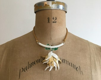 Vintage 1960s White Enamel Flower Necklace 60s Gold Metal Floral Necklace