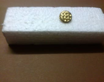 """Round gold button with shank """"OR3"""" embossing"""