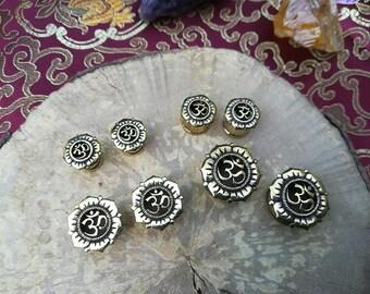 1 x Plug Golden brass OM size choice / 1 x brass plug Om tibetan choose size