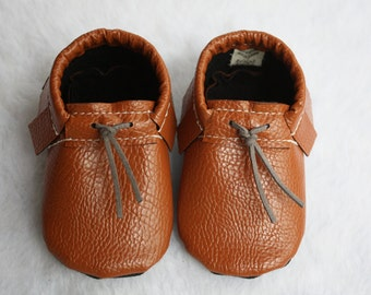 Baby moccasins// Toddler moccasins// Faux leather moccs// Baby crib shoes