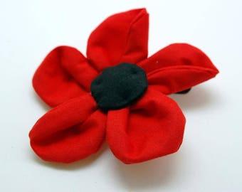 Broche fleur en tissu rouge cousue