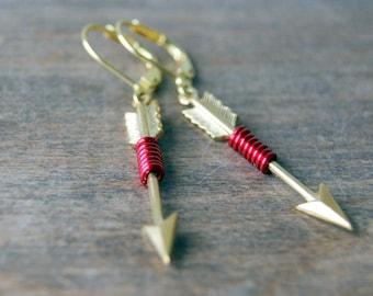 Boucles d'oreilles de la flèche rouges - fil de laiton enveloppé flèches