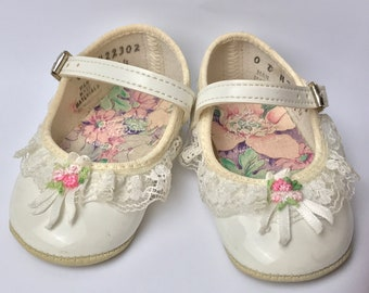 Vintage 80s 90s DYNR KIDS Baby Shoes / Infant Girls Dress Shoes / White Patent Leather Baby Booties / White Lace Trim / Pink Rosette and Bow
