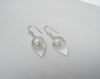 Cala Lily earring , flower and pearl earring , lily earring , bridesmaid earring matte silver , flower earring