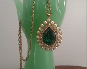 Vintage Teardrop Gold Tone Emerald Rhinestone Pendent Necklace, Gold Tone Rhinestone Green Teardrop Pendent With Pearl Surround