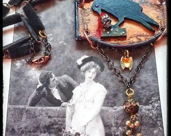 Collier gothique dévorant souvenirs Assemblage Corbeau apothicaire Mixed Media Art portable à la main médiéval Dark Goth romantique sorcière
