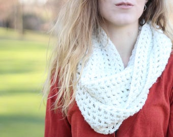 White Infinity Scarf, White Knit Scarf, Knit Infinity Scarf, Knitted Scarf, Chunky Knitted Scarf, Circle Scarf, Loop Scarf, Cute Scarf