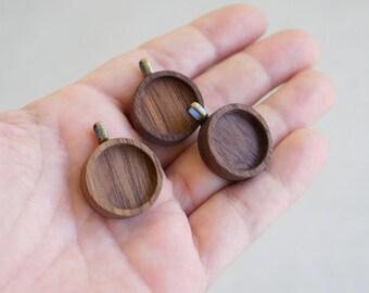 Flans de pendentif bois délicat et soigné - noyer - caution - 18 mm - (Z18-W) en laiton - lot de 3