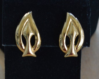 "Pretty Vintage Gold tone Leaf Clip Earrings, ""Monet""  (E3)"