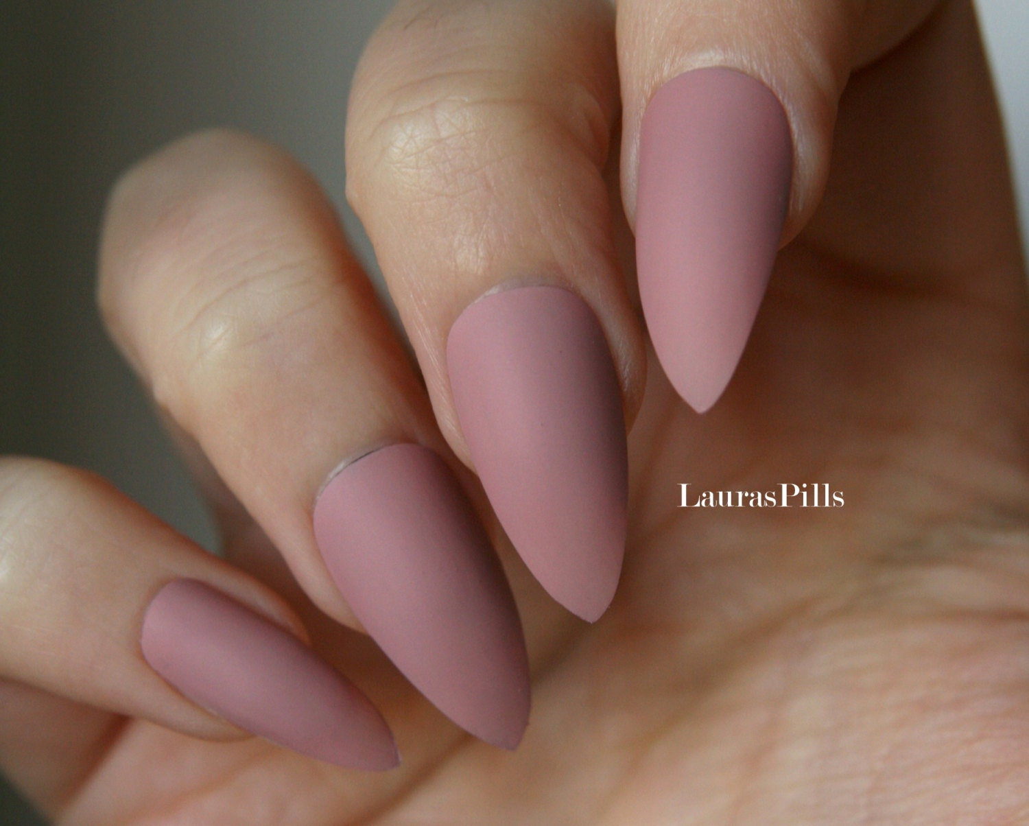 Taupe cashmere stiletto false nails Matte or glossy Nude