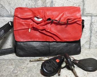 Leder Handtasche Handtasche mit Monster Gesicht Kreuz Körper Messenger Tasche rot schwarz 420