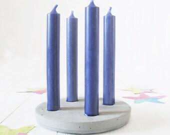 Minimalistischer Kerzenhalter aus Zement für vier Kerzen