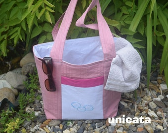 Beach bag wet-wiped in pink and white with embroidery (mussels) on the front pocket