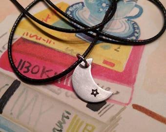 HANDMADE Zwarte koord ketting met een handgemaakte aluminium maan met een zwart sterretje.