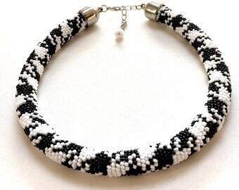 Houndstooth pattern,Geometric necklace, Black and white necklace, Bead crochet necklace, Geometric pattern, Pepito necklace, Beaded necklace