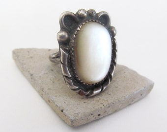Mother of Pearl Ring, Vintage Southwestern Sterling Silver Ring, Small Size Ring 5.5, Vintage Southwest Jewelry, Mother of Pearl Jewelry