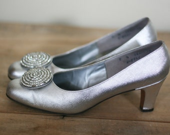 vintage silver pumps with rhinestone medallion size 8N from jaffees minneapolis