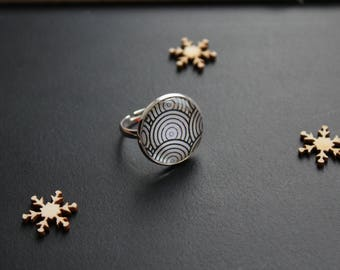 Modern silver black/white ring