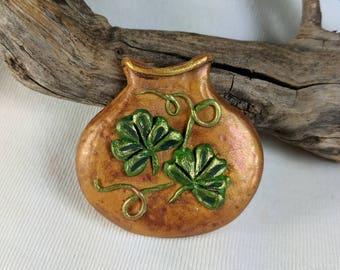 Broche irlandais, Pot o ' Gold, jour de St Patty, chance de l'irlandais, vert et or, trèfles, pâte polymère, broche en or