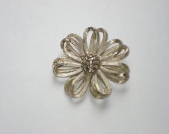 Vintage Daisy Brooch - Gold Flower Jewelry Pin - BSK 1960s